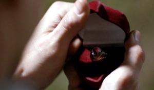 Обручальное кольцо в красной коробочке